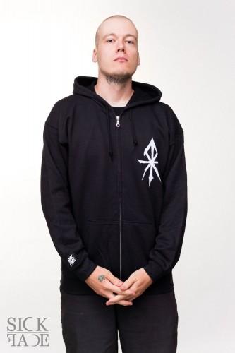 Černá zimní čepice s logem značky SickFace na vyfocená na modelce.