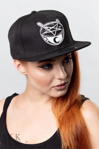 Černá čepice snapback značky SickFace s výšivkou okultní šálek kávy vepředu.
