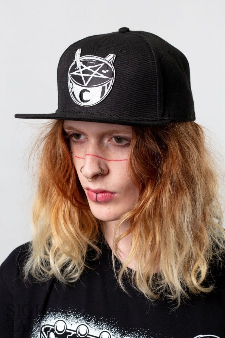 Černá čepice snapback značky SickFace s výšivkou šálek kávy s pentagramem vepředu.
