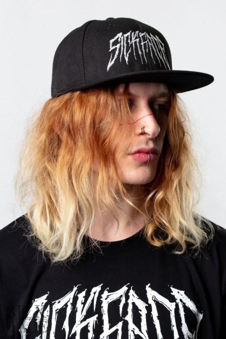 Černá čepice snapback s výšivkou SickFace v death metal provedení vyfocená na modelovi.