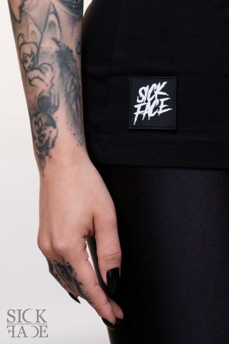 Detail na gumovou SickFace cedulku na spodní části trika.