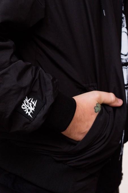 Detail na gumovou SickFace cedulku na rukávu.