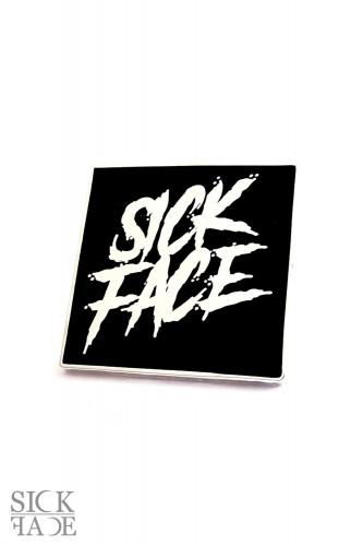 Hranatý smaltovaný odznáček s logem značky SickFace.
