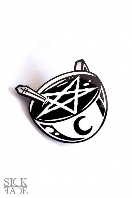 Smaltovaný odznak s motivem okultního hrnku kávy s pentagramem.