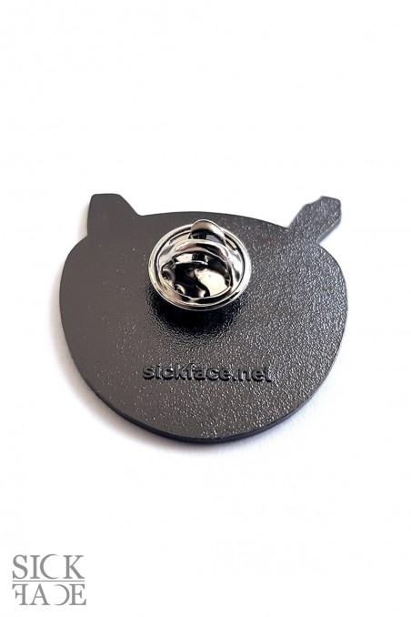 Smaltovaný odznak s motivem okultního hrnku kávy s pentagramem zezadu.