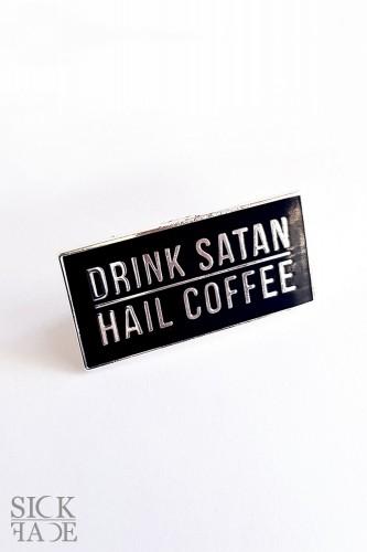 """Smaltovaný odznak s nápisem """"Hail coffee, drink satan""""."""
