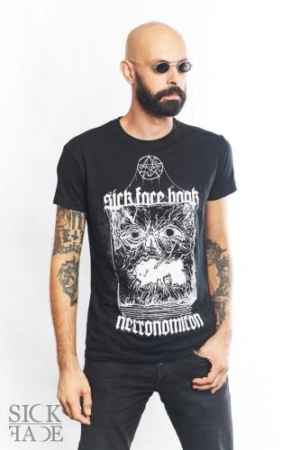 Model v pánském černém triku značky SickFace s motivem knihy Necronomicon.