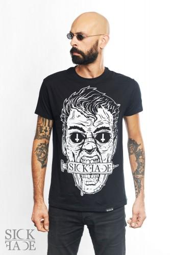 Model v pánském černém triku značky SickFace s okultním motivem Zombie.