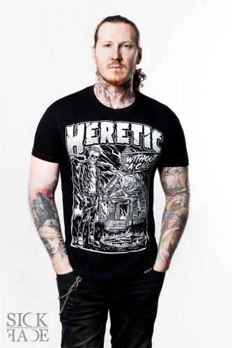 Pánské černé triko značky SickFace s motivem kostlivec a zapálený kostel s nápisem HERETIC.