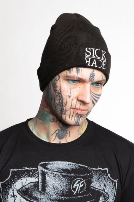 Černá zimní čepice s logem značky SickFace vyfocená na modelovi.