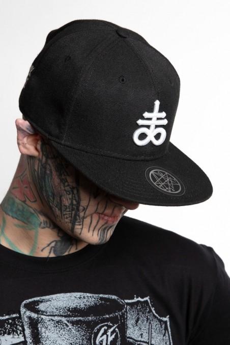 Černá čepice snapback značky SickFace s 3D výšivkou satanský kříž leviatan vepředu.